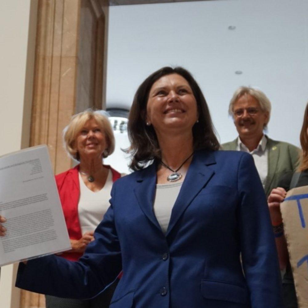 Übergabe der Petition zur sozial-ökologischen Transformation Bayerns an Ilse Aigner
